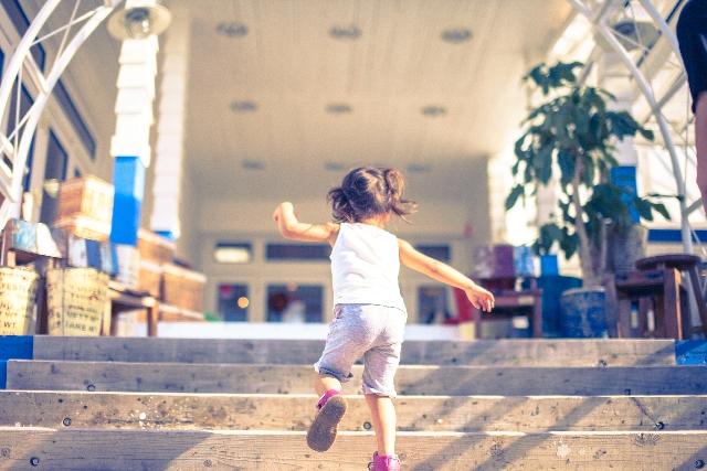 階段をあがる子供