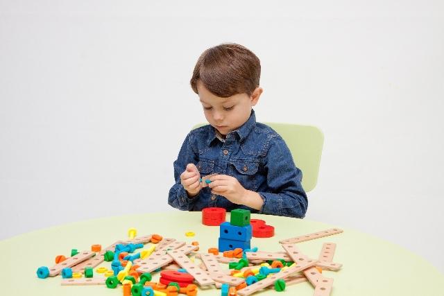 ブロックで遊ぶ子供