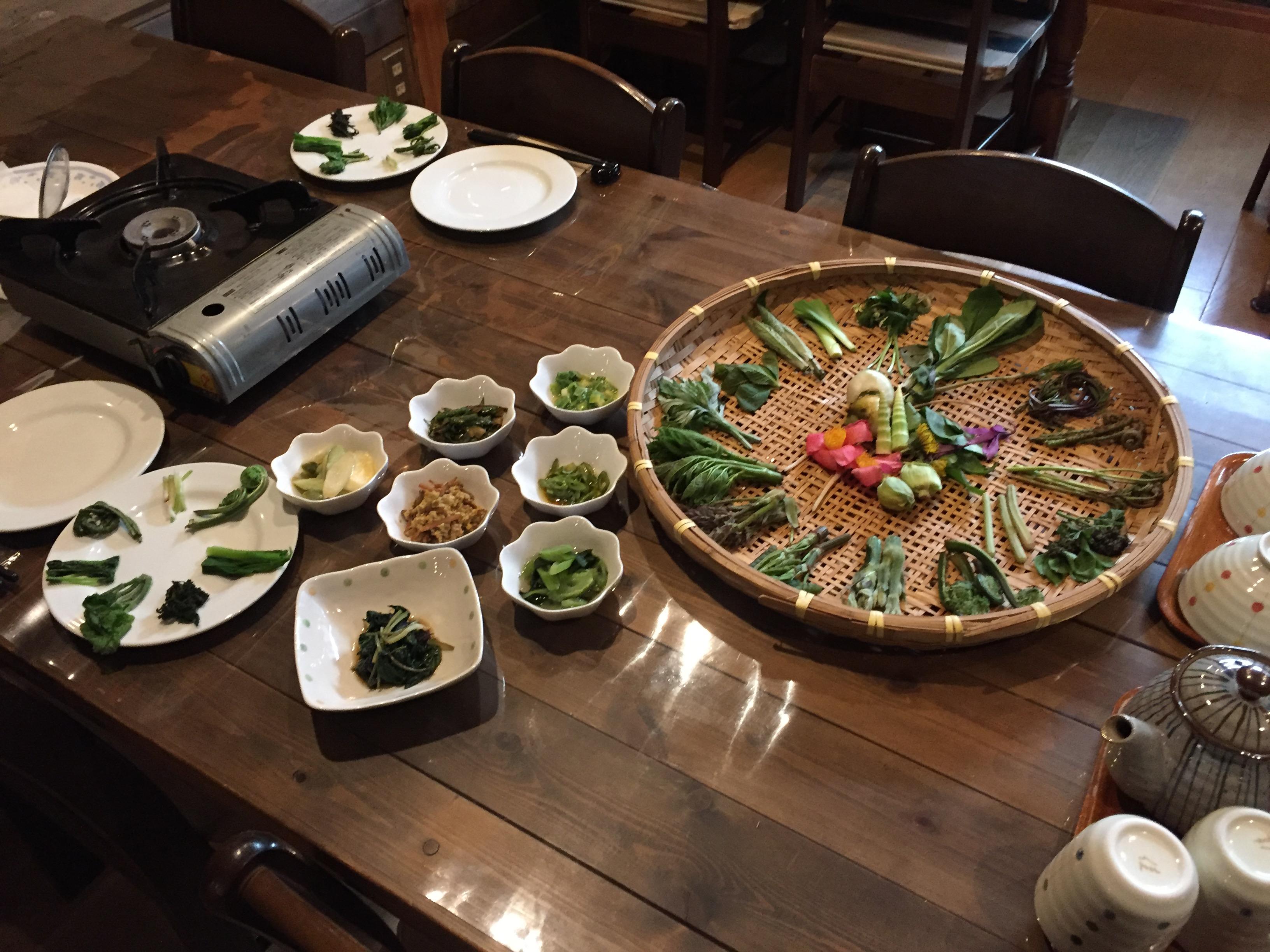テーブルに並ぶ豪華料理